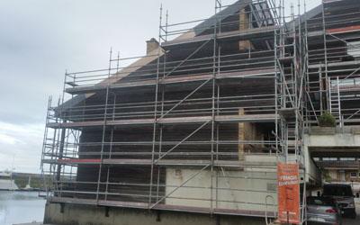 Montage d'échafaudages maison toit